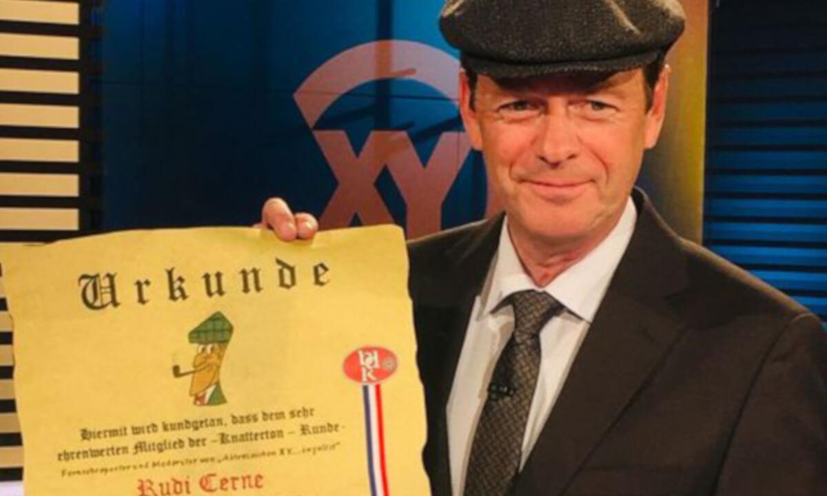 Kriminalisten ehren Rudi Cerne: «Knatterton-Mütze» für XY-Moderator